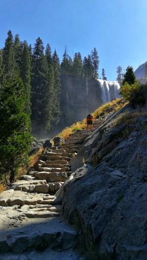 Aufstieg über Stufen zum Vernal Wasserfall