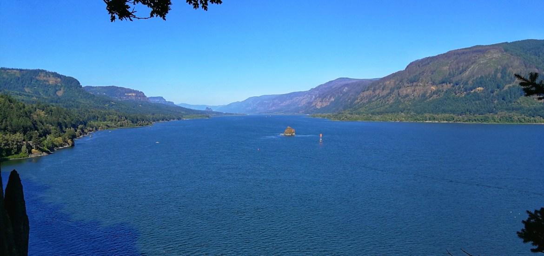 Blick in den Columbia River Gorge, Fluss und Bergen auf beiden Seiten