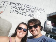 zwei Menschen vor dem Visitor Center an der kanadischen Grenze zu British Columbia