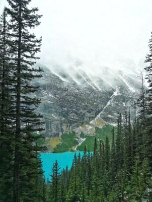 Nebliger Lake Louise von oben
