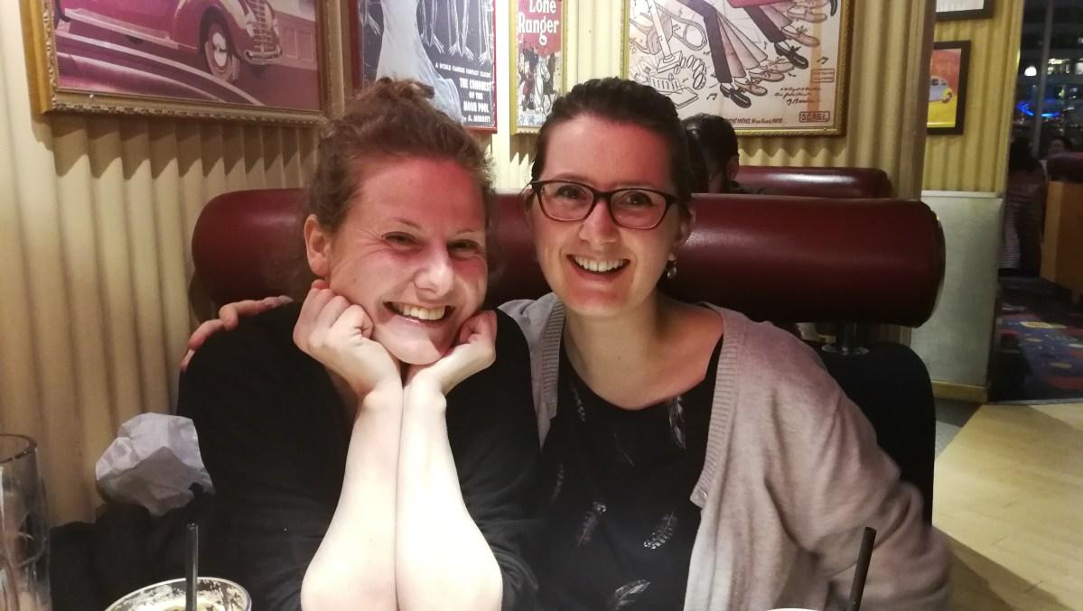 zwei Menschen im Restaurant lächeln in die Kamera