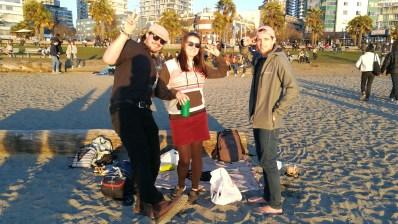 Gruppe von Menschen hat Picknick am Strand