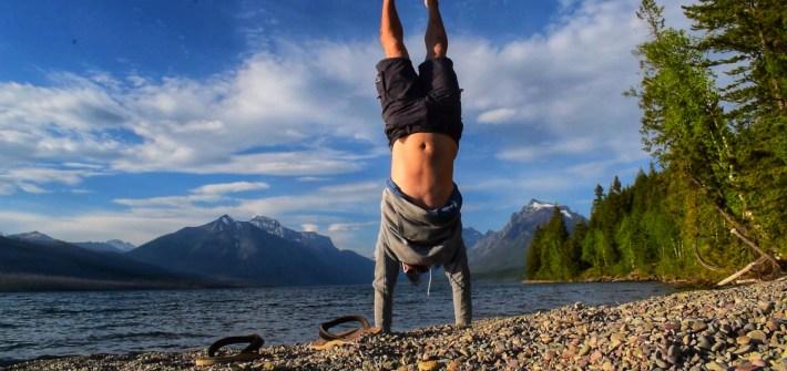 Pirmin macht einen Handstand im Glacier Nationalpark