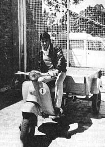 モレノ氏と愛車の三輪バイク。 何事もなかったかのようないい笑顔である。