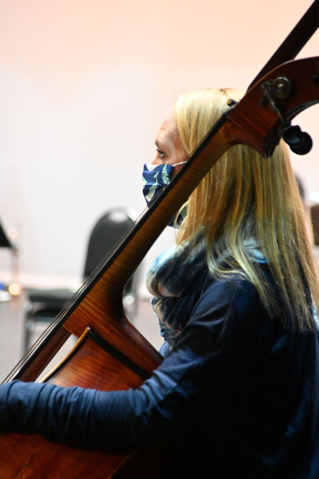 Blonde woman wearing a mask with the double bass