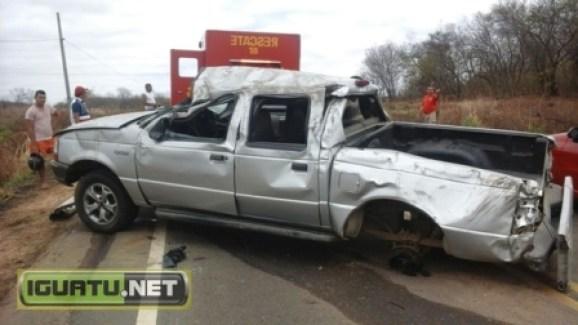 Veículo ficou completamente destruído com o capotamento (Foto Alex Santana/Iguatu.Net)