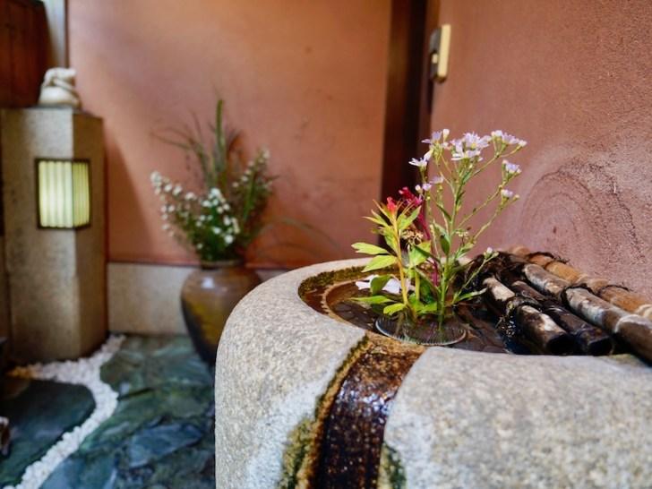 【割烹 清水】入口にある花