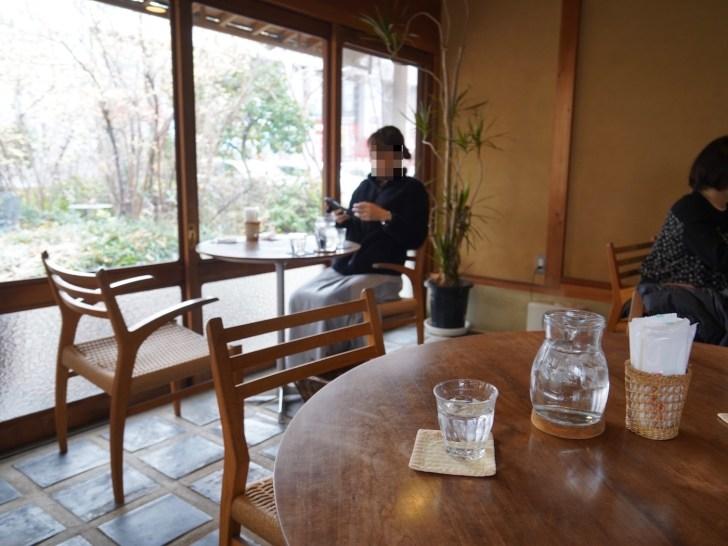 【畠瀬本店食品部】窓際のテーブル席