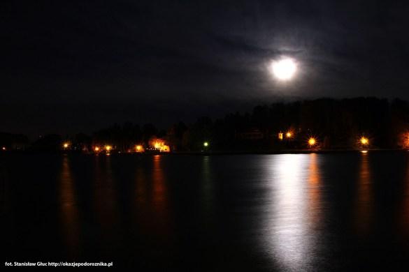 Księżyc nad jeziorem cos pięknego