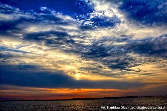 słońce zachodzi nad jeziorem