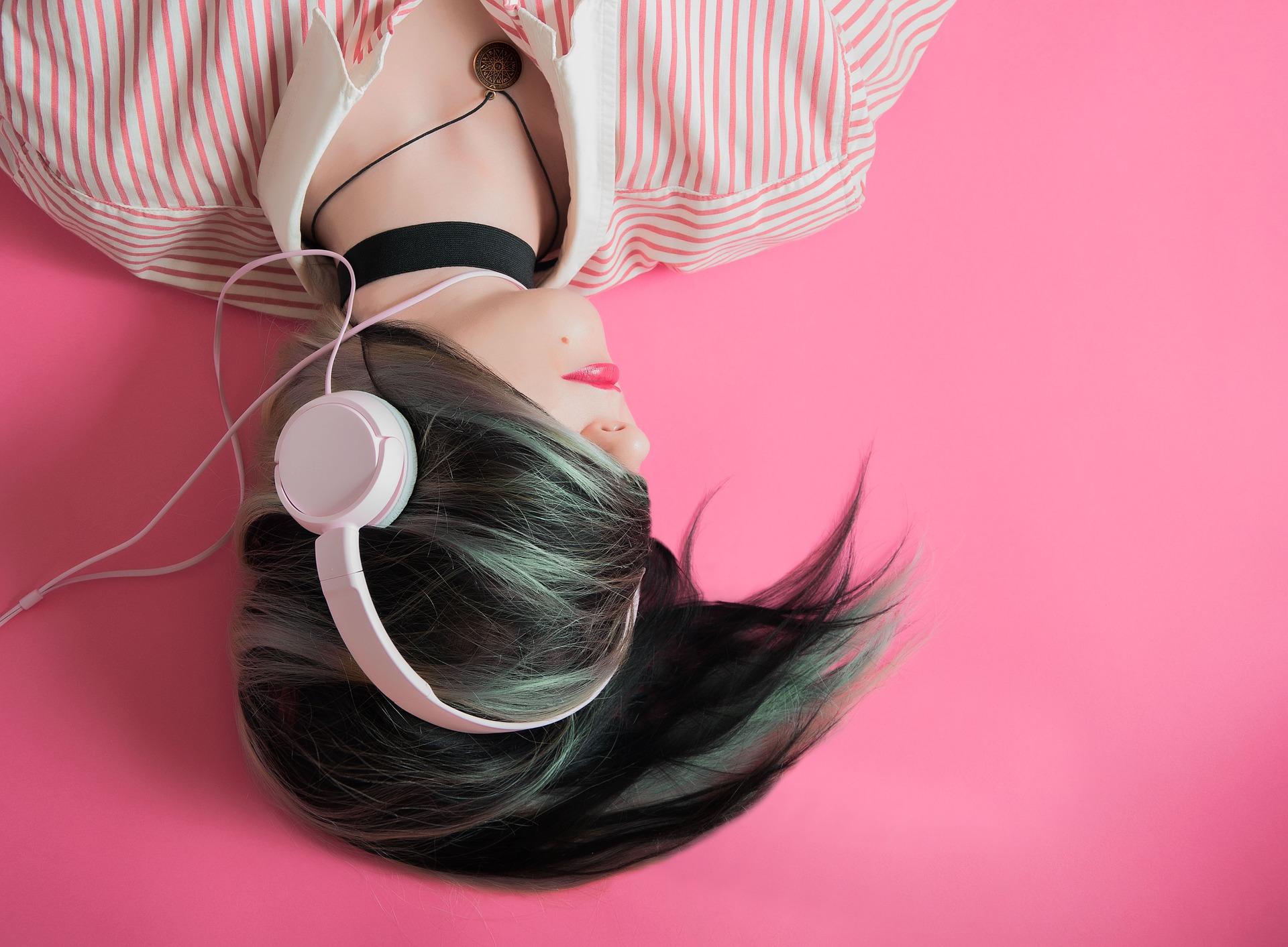 ucz się angielskiego przez słuchanie, kobieta ze słuchawkami w różu