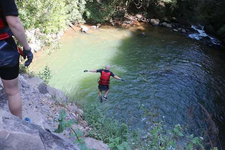 native speaker rzuca się do wody