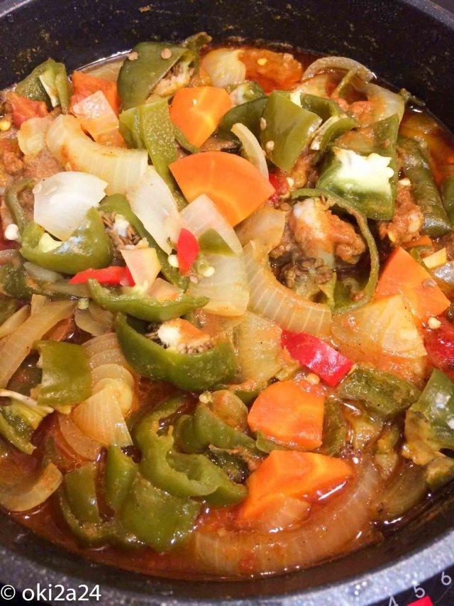 カレーを1時間煮込んだ。野菜は事前によく混ぜていないことがよく分かる。