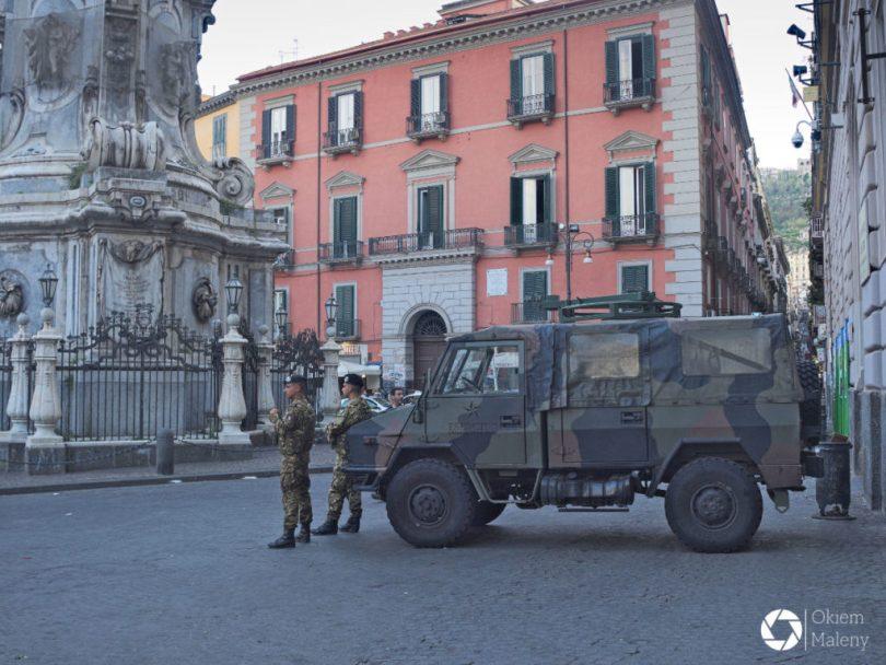 wojskowe patrole w Neapolu