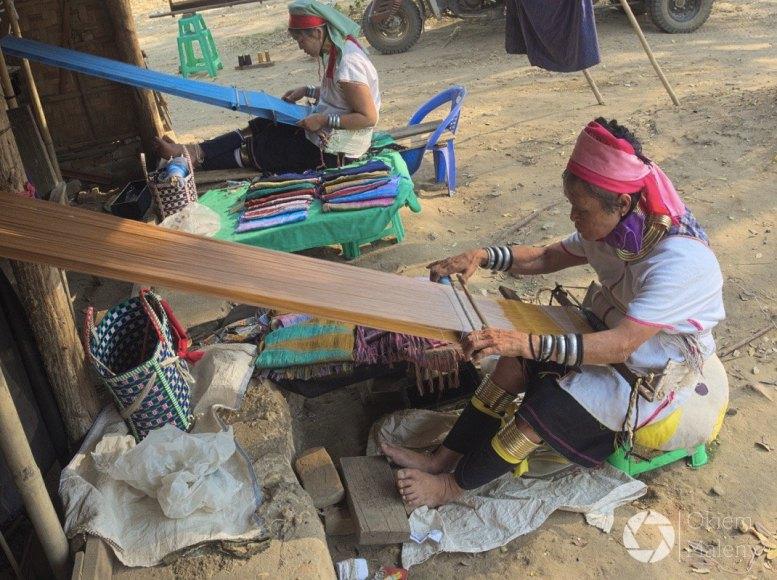 Kobiety z długimi szyjami na drodze do Nowego Bagan