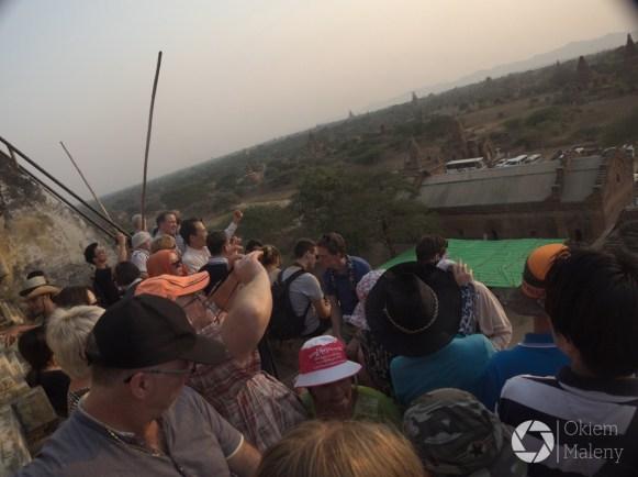 Tłumy podczas zachodu słońca na Shwesandaw Paya