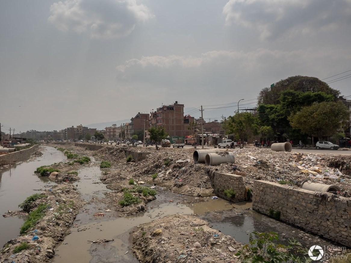 święta rzeka Bagmati to jedno wielkie wysypisko śmieci :(
