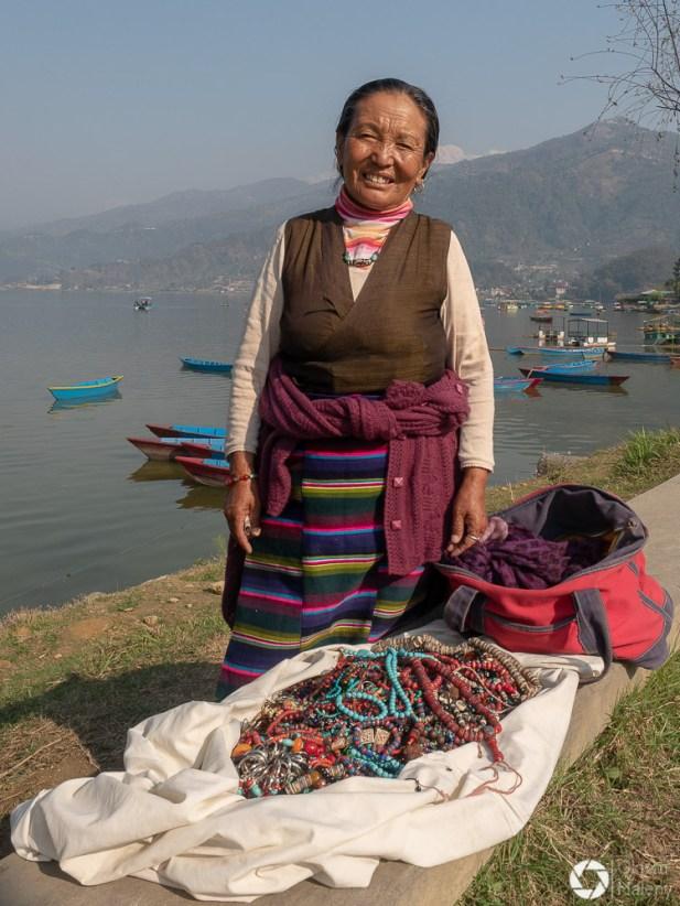 Tybetanka w Nepalu nad jeziorem Fewa