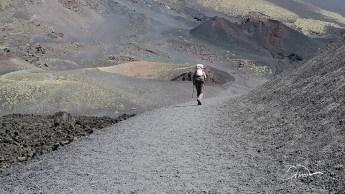 Etna. Scieżki przechodzą między mniejszymi kraterami