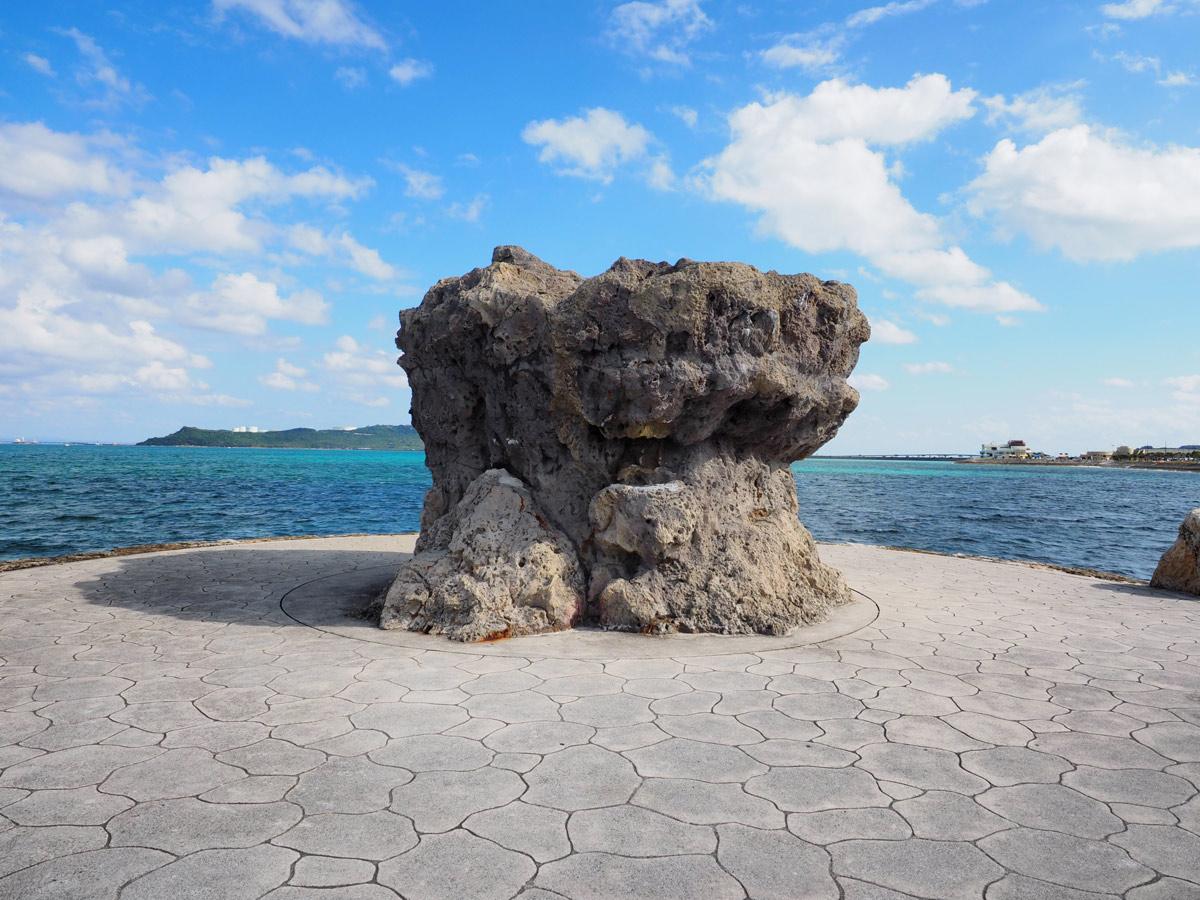 海中道路近くの岩