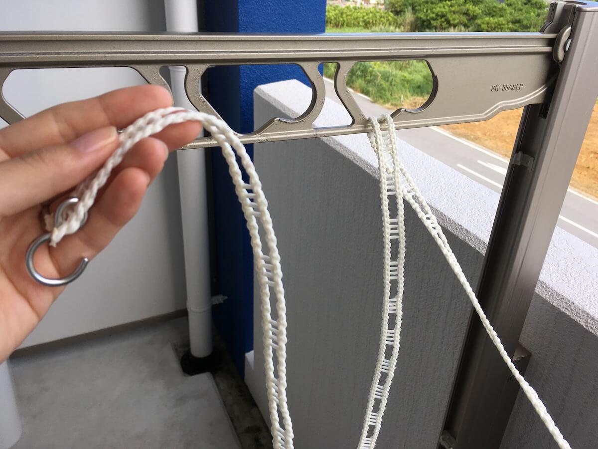 物干しに紐を通す