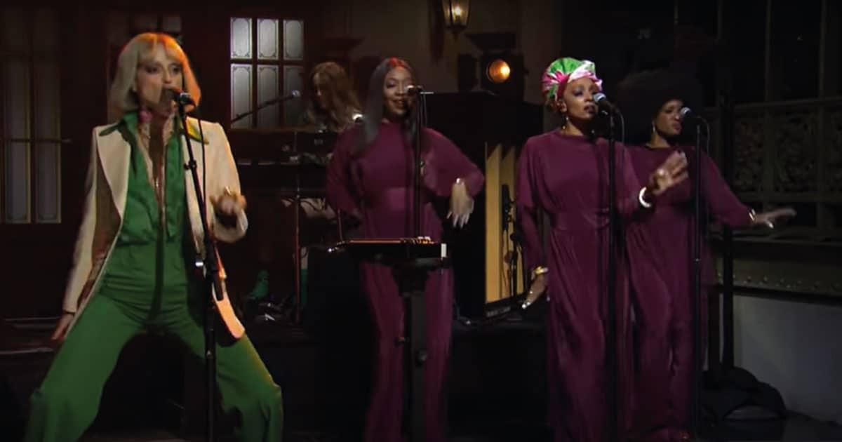 St. Vincent faz apresentação incrível no Saturday Night Live