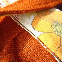 Detalj från en väska av ett begagnat ylletyg och ett örngott