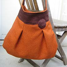 Vändbar väska i teracottafärgat ylle och brunt linnetyg