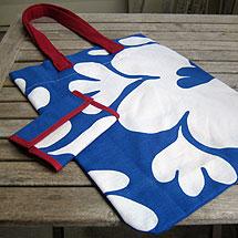 Väska och börs gjorda av en blåvitblommig 70-talsgardin och en vinröd tröja