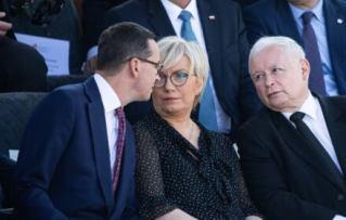 Siedzą i rozmawiają: Mateusz Morawiecki, Julia Przyłębska, Jarosław Kaczyński