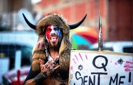 Jake Angeli - człowiek-bizon biorący udział w ataku na Kapitol
