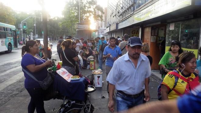 Prodavači hrane i prolaznici na ulicama