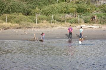 Hodajući čuli smo viku s druge strane rijeke. Djeca su istrčala iz kuće i zamolila nas da im bacimo loptu s naše strane. Bili su presretni!