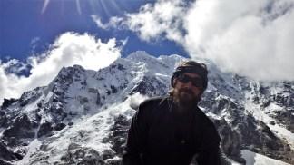 Luka (185cm) i planina Salkantay (6271m)
