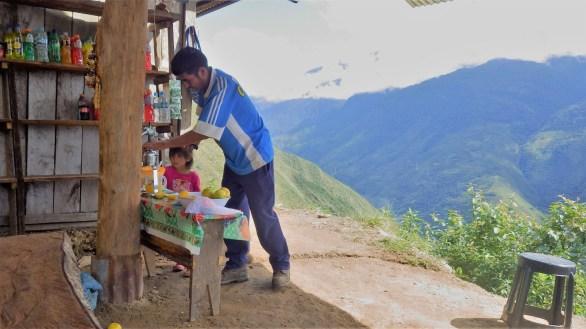 Nakon napornog uspona po vrućini, na vrhu nas je dočekao ovaj ljubazni gospodin i njegova kćer, koji su nam napravili osvježavajući sok od naranče. Žive sami u brdu, dva sata udaljeni od najbliže kuće.