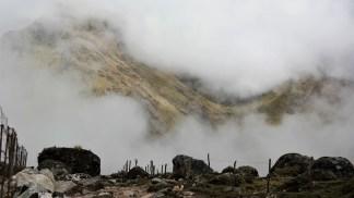 Na putu dole s prijevoja, dio brda je uspio proviriti kroz oblake