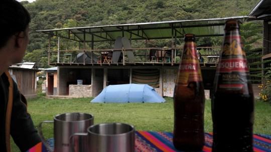 Kamp i pivo u dvorištu kuće u selu Sahuayaco