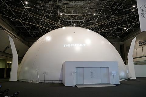 このようなドーム状のシアター内で映像を体験。最大300人まで収容可能