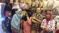 Bersama salah satu pedagang di Asiatique Night Market