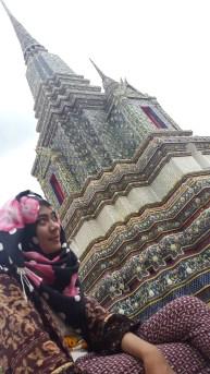 di depan salah satu candi di Wat Pho area