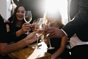 icki3 300x200 - İnsanlar niçin içki kadehlerini tokuştururlar?