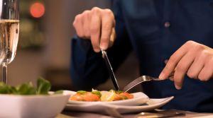 sol3 300x167 - Yemek yerken çatal niçin sol elde tutuluyor?