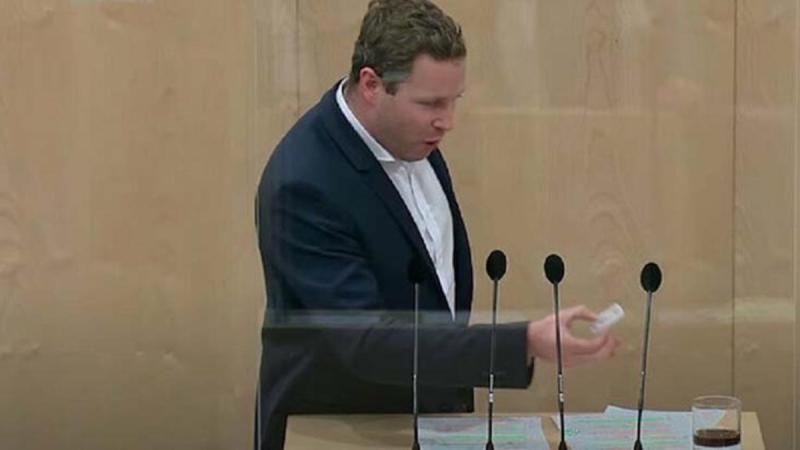 Avusturyalı siyasetçi kürsüde kolaya korona testi yaptı, sonuç pozitif çıktı