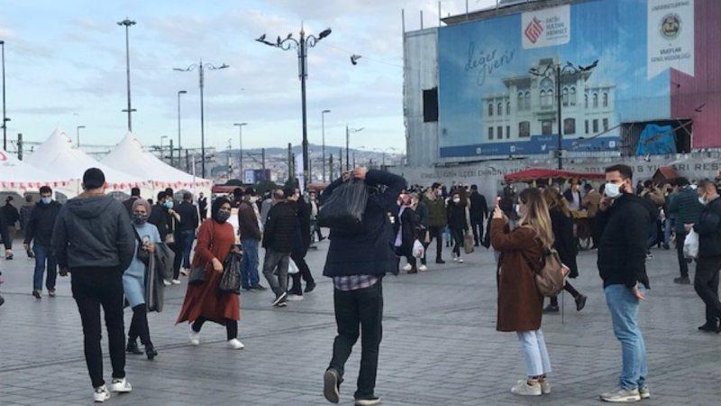 İstanbul'da güneşli havayı görenler, Eminönü'ne akın etti