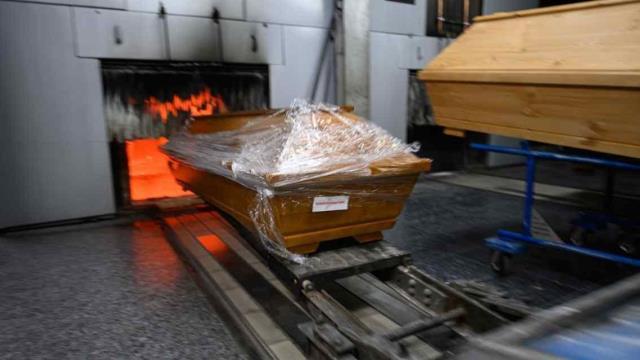 Almanya'da cansız bedenler yakılmaya başlandı