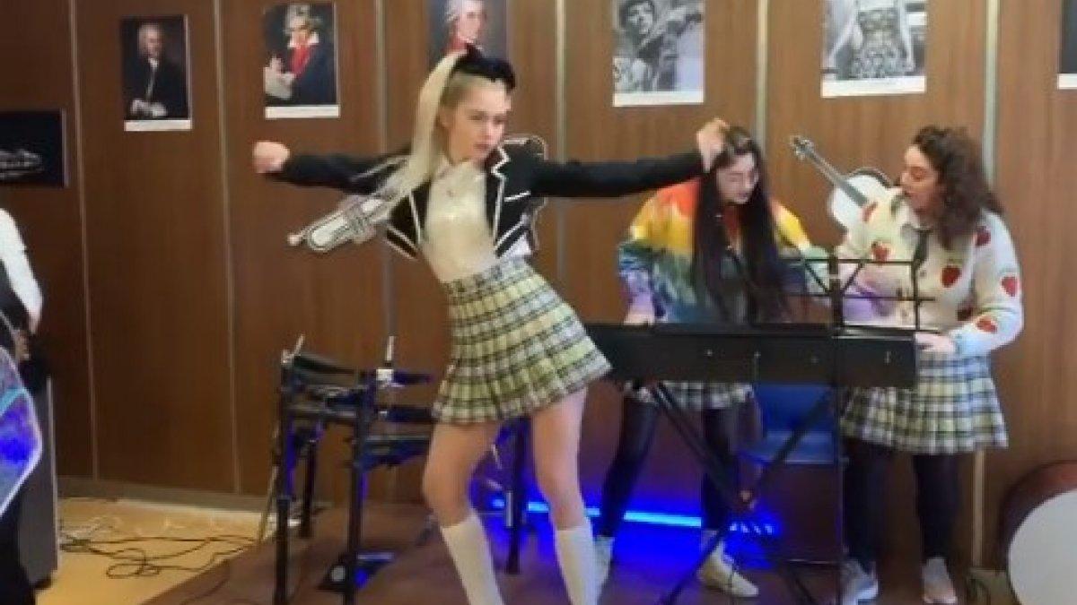 Aleyna Tilki'den dans şov, OkuGit.Com - Tarih, Güncel, Kadın, Sağlık, Moda Bilgileri Genel Bloğu