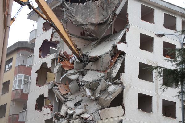rizede pisa kuleleri olarak anilan egimli binalar yikiliyor 6 OspzMsDv - Rize'de 'Pisa Kuleleri' olarak anılan eğimli binalar yıkılıyor