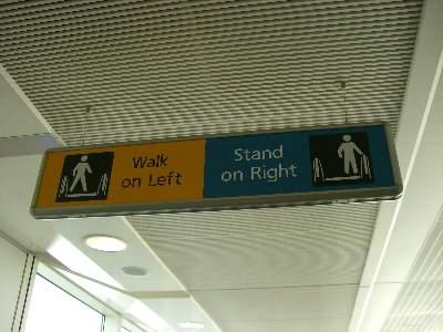 動く歩道は Stand On Right