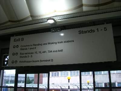Exit B の看板