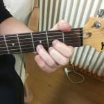 Dコードをギターで押さえた写真